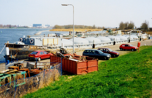 Na vijftien jaar als BLUE CIRCLE ENTERPRISE op de Thames in Londen te hebben gevaren is de voormalige AETOLIA terug in Nederland. Hier in 1996 aan de havenkade van Puttershoek.