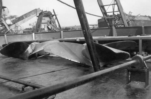 Het is altijd handig een extra paar schroeven bij je te hebben, zeker als je veel op de Bovenrijn zit. Deze foto is waarschijnlijk genomen bij een scheepswerf, getuige de ladder die tegen het achterschip staat. Foto: Arie Lentjes.