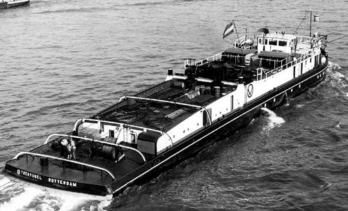 De motorsleepboot TRAKVOGEL, opvarend op De Noord, boven de brug van Alblasserdam.
