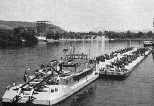 De STOOS met vier tankduwbakken in de haven van .....