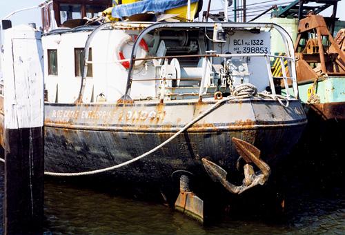 Vooral op deze foto van het achterschip is te zien hoe slecht het schip er feitelijk aan toe is. De plakken roest vallen spontaan van het schip af.