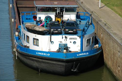 Het motorvrachtschip LINDELO in de Volkeraksluis - Foto: Leo Schuitemaker - met dank.