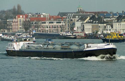 De cementtanker DURANCE, inmiddels weer keurig in de verf, afvarend te Dordrecht. Foto: Dieter Henken - met dank.