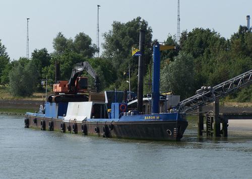 Het zandoverslagschip BARON M, op haar vaste plaats aan het einde van de Oude Maas. Foto: Danny Reine - met dank.
