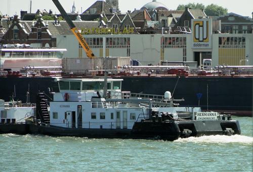 De duwboot HERMANNA, opvarend te Dordrecht, ter hoogte van de werf van Dolderman. Foto: Dieter Henker - met dank.