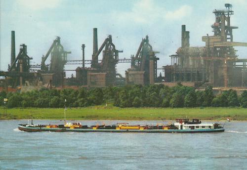 Het motortankschip ARGENTORIA. opvarend in Rheinhausen. Op de achtergrond de hoogovens van de Krupp-Stahlerke AG