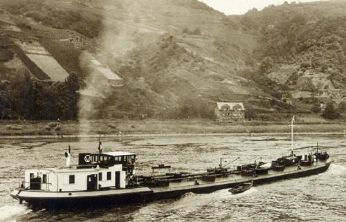 Het motortankschip ANDALUSIA, opvarend boven de Loreley. Foto: Archief Arie Lentjes.
