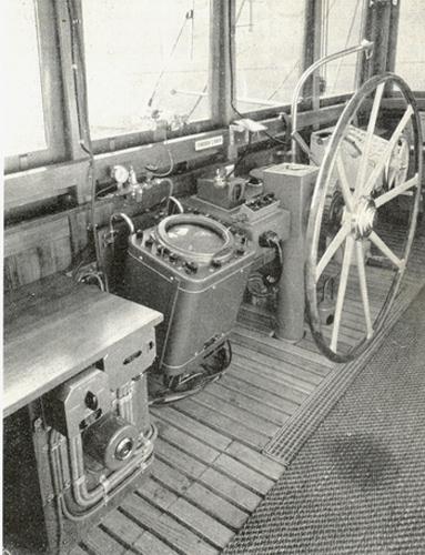 Een echte, ouderwetse Van Ommeren stuurhut uit de jaren vijftig/zestig. In dit geval aan boord van de ALBISIA. Een staand haspel, koperen fluit naar de machinekamer en een houten vloer met kokosmat.