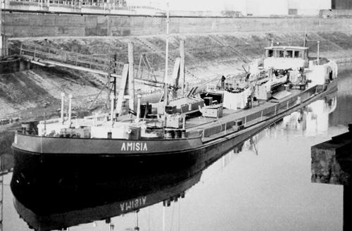 Het motortankschip AMISIA, lossend aan het Oelinsel in Duisburg.