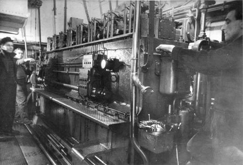 Kapitein G. verduin, matros/motordrijver Piet Gunter en stuurman Koos Spreeuwers in de machinekamer van de CENTRUST I, druk doende om de 450 pk Deutz van 1947 aan de praat te krijgen. Foto: Archief Arie lentjes.
