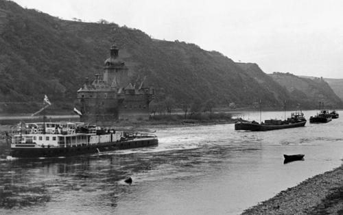 De, nog altijd onder Engelse vag varende DANUBE SHELL III, met vier geladen sleepschepen in het Kauber Fahrwasser.