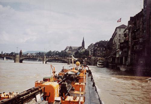 Het motortankschip MYSIA, opvarend te Basel met voorspan van de sleepboot ZUG.