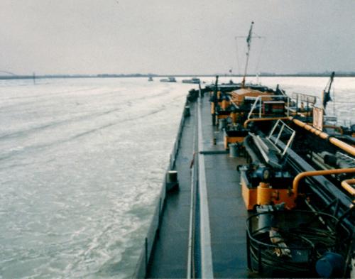 Het motortankschip SEDUNIA bij het invaren van het Schelde Rijnkanaal met zwaar drijfijs. De bestemming is Antwerpen, Foto: J. den Ouden - met dank.