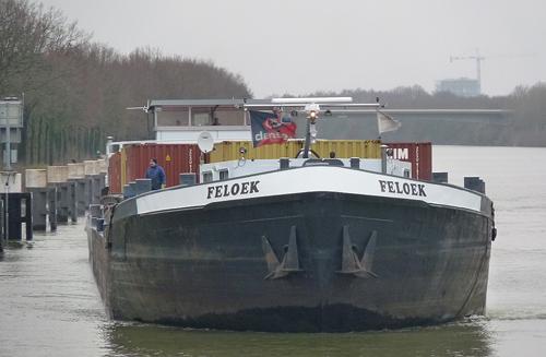 Het motorvrachtschip FELOEK, geladen met enkele containers, op een voor ons onbekende locatie. Foto: Archief Arie Lentjes.