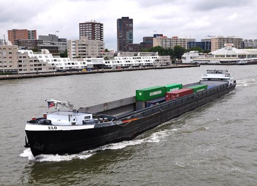 Het motortankschip JELO (06001933) afvarend ter hoogte van Willemsbrug in Rotterdam. De J ontbreekt nog. Foto: Leo Schuitemaker - met dank.