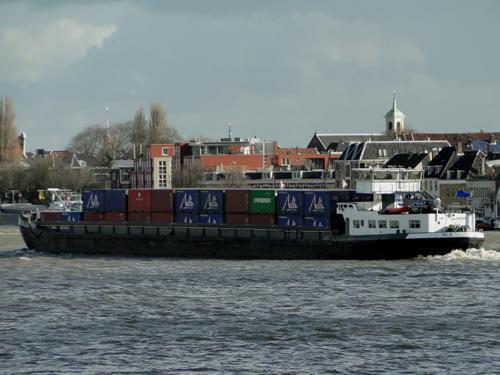 Het motorvrachtschip JELO (06001933), opvarend ter hoogte van Dordrecht. Foto: Dieter Henken - met dank.