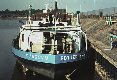 Het motortankschip ARGOVIA in de oliehaven van Straatsburg. Foto: Silis Noordeloos - met dank.