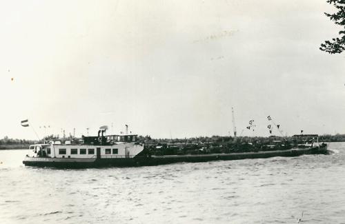 Het motortankschip CURIA, opvarend op de Waal, met een tankduwbak langszij.