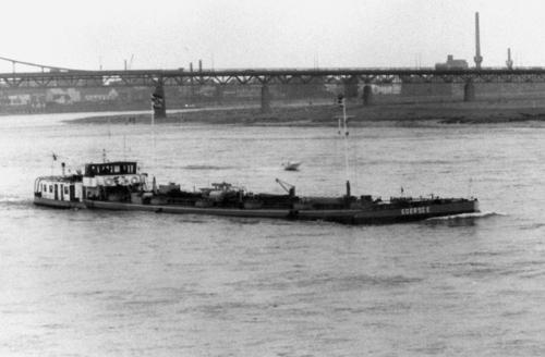 Het motortankschip EDERSEE, opvarend ter hoogte van Krefeld.