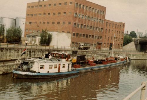 Het motortankschip ISTRIA bij de Shell in Anderlecht op het kanaal Brussel-Charleroi. Foto: H. Verleun - met dank.