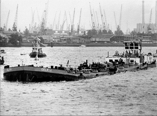 De duwboot KRAANVOGEL, samen met de, tot op de ijken afgeladen tanklichter GELRIA. Deze foto werd gemaakt tijdens een vlootschouw in Rotterdam op 31 mei 1980.
