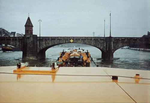 Het motortankschip MYSIA, opvarend te Basel beneden de Mittlere Rheinbrucke. De motorsleepboot ZUG geeft voorspan.