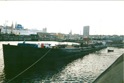 De voormalige MOSELIA, als NOORDZEE, in het Zeewezendok in Gent. Feitelijk is het schip niet meer dan een drijvende stoomketel voor de firma Van de Huygenbaert.