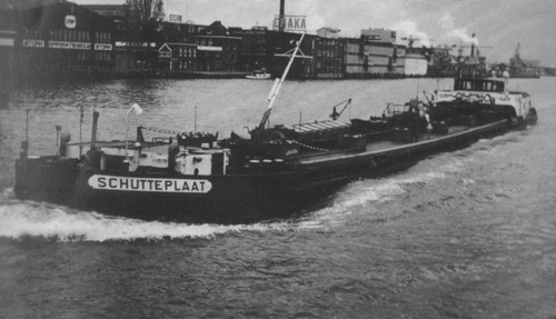 Het motortankschip SCHUTTEPLAAT, opvarend te ... Foto: Archief J. den Haan - met dank.
