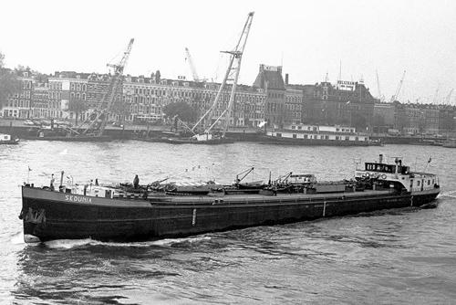 Het motortankschip SEDUNIA, met op de achtergrond de Maaskade . We herkennen het de oude jeneverstokerij van Hulskamp en het kantoorgebouwd van makelaardij Ooms, het voormalige kantoor van W. van Driel (20-05-1978) . Foto: K. Heidinga - met dank.