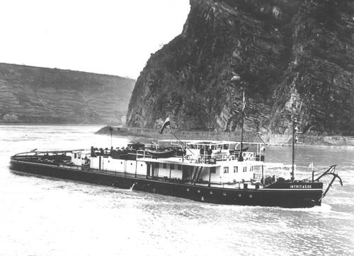 De motorsleepboot INTRITAS III, opvarend aan de Loreley. Foto: F. Budenheim - Collectie Arie Lentjes - met dank.
