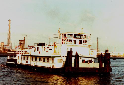 De voormalige STOOS als STORMVOGEL in de Tweede Petroleumhaven in Rotterdam/Pernis. Duidelijke zichtbaar zijn de oude en de nieuwe , grotere, duwknieën en het trapje voor de opbouw.