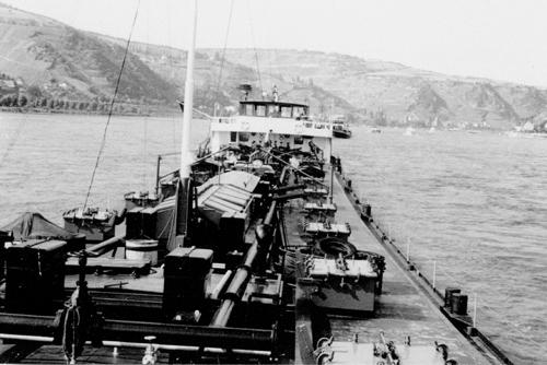 Het motortankschip AQUITANIA, opvarend in het gebergte.