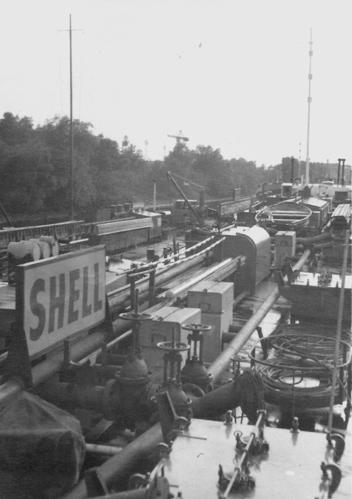 Het motortankschip AETOLIA, met diverse andere schepen aan de Strekdam in Rotterdam. Foto: mevr. van de Heuvel - Lentjes - met dank.