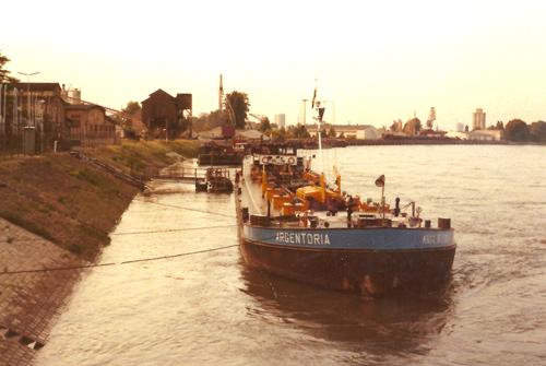 Het motortankschip ARGENTORIA, wachtend op losgelegenheid in Ludwigshafen. Foto: Vincent Alberts - met dank.