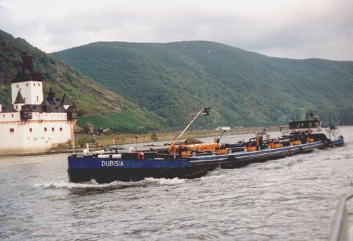 Het motortankschip DUBISIA (ex. SEDUNIA), opvarend aan de Kauber Pfalz (kmr. 546). Foto: Archief Arie Lentjes.