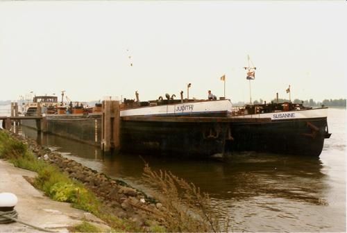 Het motortankJUDITH, samen met de tankduwbak SUSANNE (ex AURELIA), waarschijnlijk ergens op de Bovenrijn. Foto: G. van Rieswijk - met dank.