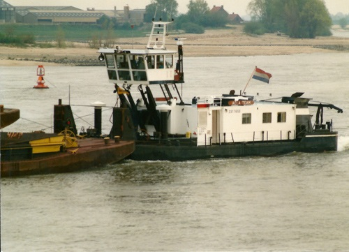 De duwboot AQUA-TEAM (ex. KRAANVOGEL), opvarend in Rossum in 1991. Foto: Leo Schuitemaker - met dank.