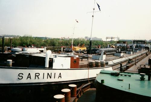 De onttakelde SARINIA in mei 1990 in de voormalige Insteekhaven van Moerdijk. De volledige sloop zal niet lang meer op zich laten wachten.