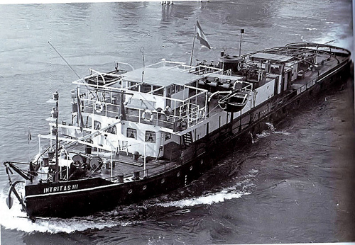 De motorsleepboot INTRITAS III. waarschijnlijk afvarend in Mannheim.