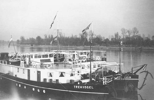 De TREKVOGEL en de INTRITAS III, bij elkaar langszij aan het Stadpark in Mannheim.