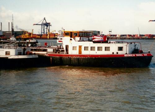 Het motortankschip MAGNOLIA (ex BURGUNDIA) kort na de overname. Op deze foto staat de rederij Biros nog in de schoorsteen.