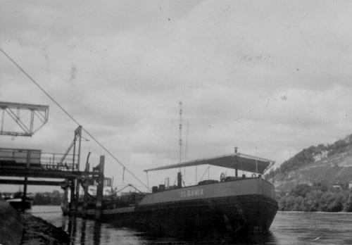 Het motortankschip ALBANIA ligt te losen bij de Avia, in Birsfelden (kmr 161). Foto: Archief W. Bosman - met dank.