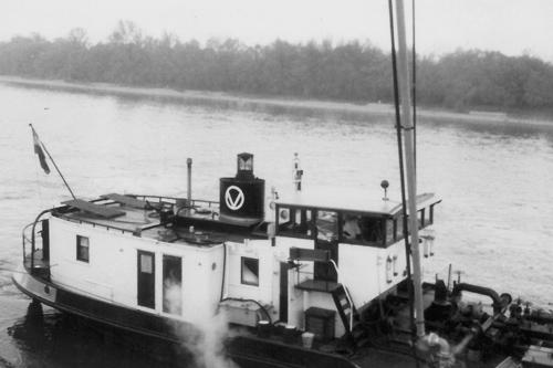 Hier ligt de ANDALUSIA te lossen in de oliehaven van Mundenheim - Ludwigshafen. Omdat de lospomp wordt aangedreven door de hoofdmotor is de schoorsteen voorzien van een soort vonkenvanger.