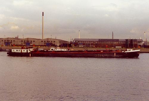 Het motortankschip DIX H, invarend Derde Petroleumhaven.