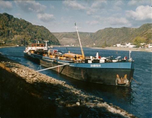 Het motortankschip DUBISIA, voor anker in St. Goar (kmr. 556). Vanwege de lage waterstand op de Rijn is er slechts op 1.70 meter geladen. Foto: J. den Ouden - met dank.