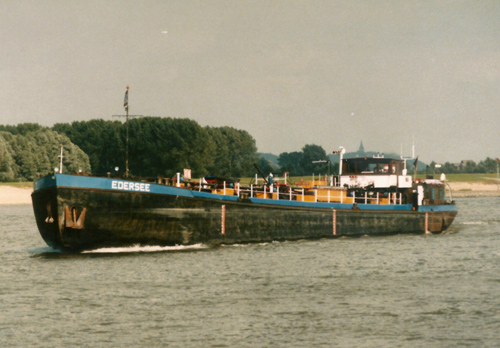 Het motortankschip EDERSEE, afvarend in Millingen. Foto: Teun de Wit - met dank.