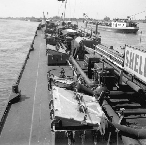 De ISTRIA met meerdere Van Ommeren schepen, wachtend op de douane in Lobith.