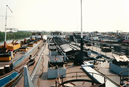 Het motortankschip SARINIA, in de voormalige Insteekhaven van Moerdijk. Klaar voor de sloop.