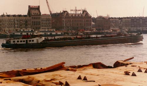 Het motortankschip SPIJKERPLAAT (ex CURIA), afvarend aan het Noordereiland.