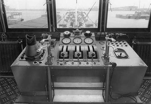 De centrale manoeuvreerstand van de AQUITANIA, een regelrechte noviteit in de Rijnvaart.Zelfs de radarmonitor is al geintregeerd.